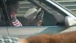 Facet czyta prowadząc samochód!