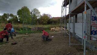 Błyskawiczna wymiana koła w taczce na budowie