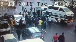 Dwóch uzbrojonych mężczyzn próbowało porwać starszego mężczyznę. Ludzie rzucili się na pomoc