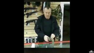 Sprzedawca idiota z granatem