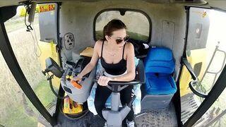Gorąca dziewczyna w kombajnie Holland CR 9060