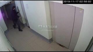 Tak się naćpał, że nie mógł trafić do windy