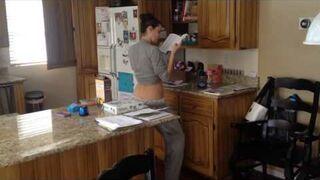 Przyłapał żonę w kuchni na gorącym uczynku