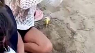 Dziewczyna otwiera wino bez korkociągu