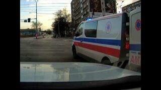 Karetka gubi nosze na skrzyżowaniu we Wrocławiu
