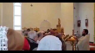 W tym kościele nie używają kropidła, leją z grubej rury!