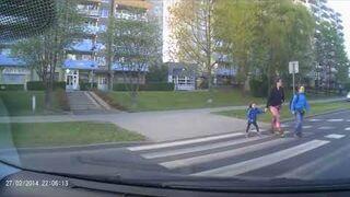 Dziewczynka pokazała środkowy palec na przejściu dla pieszych  - Jelenia Góra