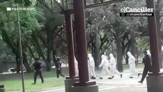 Policjanci ganiają ludzi nieprzestrzegających kwarantanny