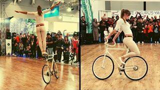 Fajna dziewczyna pokazuje triki na rowerze