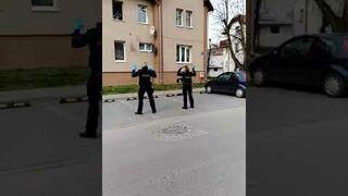 Policjanci umilają czas dzieciom objętym kwarantanną w Nowy Dwór Gdański