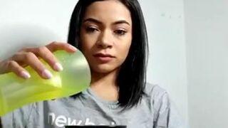 Dziewczyna pokazuje magiczną sztuczkę ze znikającą wodą