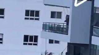 Ojciec roku. Huśtawka dla dziecka na balkonie