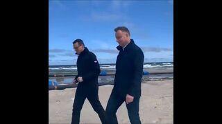 Prezydent i Premierem rozmawiają sobie na plaży
