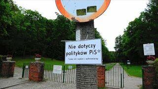 """""""Tylko dla PiS"""" - tabliczka pod znakiem drogowym przed gdańskim cmentarzem."""