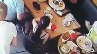 Kobieta wyłudza na włos darmowe jedzenie w restauracji