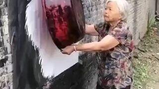 Babcia tworzy mural