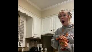 Dziewczyna wstrząsnęła keczupem z sodą oczyszczoną