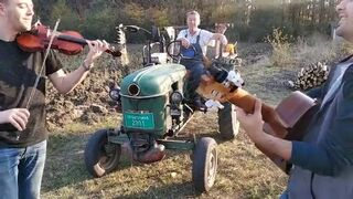 Serbska muzyka z traktorem w tle