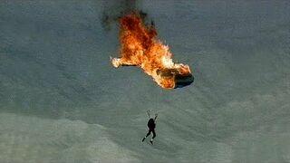 Co się robi, gdy znudzi się zwykłe skakanie ze spadochronem...