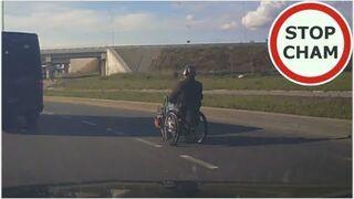 Turbo wózek inwalidzki miedzy autami