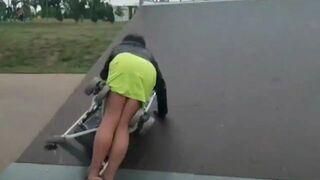 Pijana matka z dzieckiem w wózku w skateparku