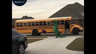 Tatuświta córkę wracającą ze szkoły