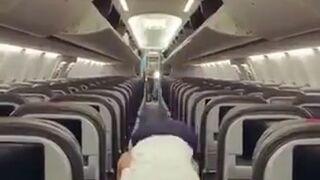 Stewardesa rozprostowuje nogi