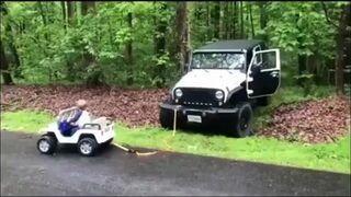 Syn wyciąga swoim samochodzikiem ojca z rowu