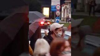Policjantka podczas wrocławskiej demonstracji bije brawo.