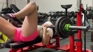 Niezależna kobieta na siłowni