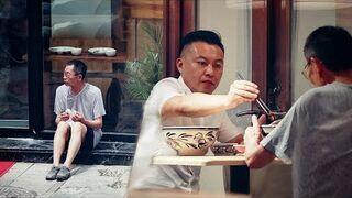 Reakcja ludzi w Chinach na starca jedzącego chleb na ulicy