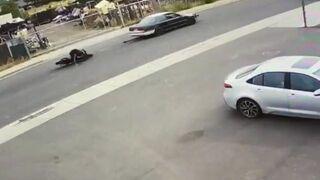 Holowanie motocyklisty na lince za samochodem