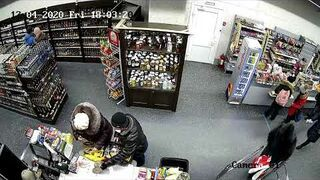 Chytra baba kradnie pozostawiony przez dziecko telefon w sklepie