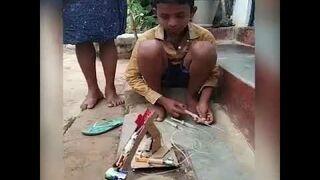 Dzieciak zbudował sobie koparkę ze śmieci