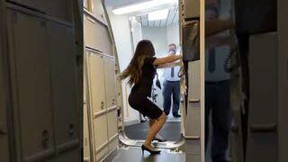Jak się zamyka drzwi w samolocie