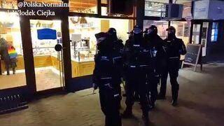 Babcia Kasia robi zakupy w asyście policji