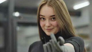 Nika używa bionicznej ręki