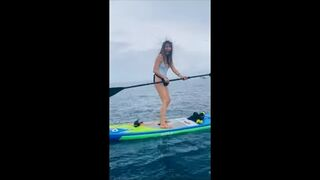 Dziewczyna na desce surfingowej dostaje elektryczność statyczną