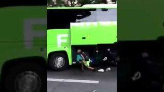 Imigranci w Paryżu pomagają turystom w rozładowaniu bagaży
