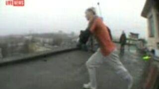Skoczył na dach innego budynku