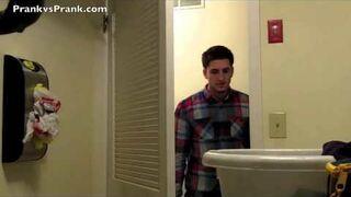 Wkręcił dziewczynę. Szczur w łazience