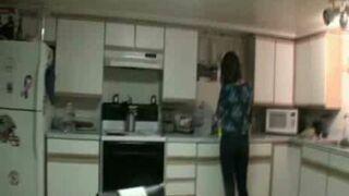 Bardzo głupi żart z piłką i dziewczyną w kuchni