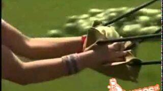 Strzelanie arbuzem z procy prosto w twarz