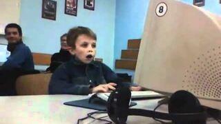 Co ogląda ten dzieciak?