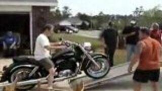 Załadunek motocykla na ciężarówkę