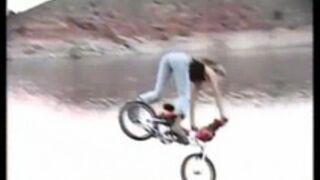 Laska skacze na BMX