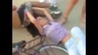 Skok na rowerze z dziewczyną