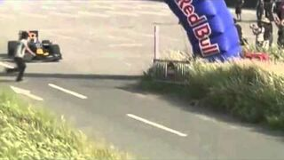 Fan wskakuje na bolid formuły 1