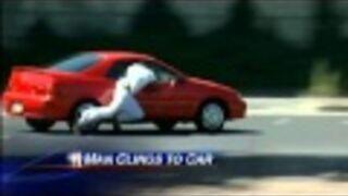Facet wsiada do jadącego samochodu
