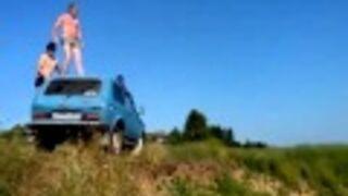 Nieudany skok do wody z dachu samochodu. Rosja